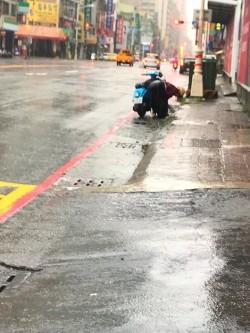 最美的風景!雨炸高雄後2名「無名英雄」讓網友超感動