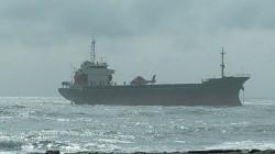 天候持續不佳 國搜直升機將留守擱淺輪船14名船員吊離