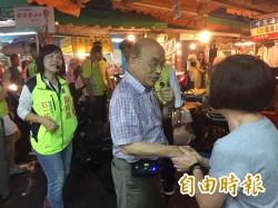 蘇貞昌冒雨濕身掃街 婆媽「逆向」搶握手拍照