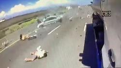 國道翻車噴出2童  撞車翻滾畫面驚悚