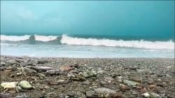 國中女師踏浪遭捲走 全台海岸 未來4天長浪危險