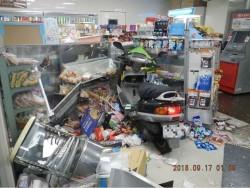 騎士直直撞進超商玻璃門!連人帶車埋進貨架堆 影像曝光