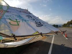 掃到颱風尾!強風吹倒選舉看板 10分鐘兩騎士連撞