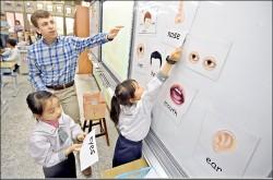 邁向雙語國家》中小學英語擬全英語授課 中高年級增時數