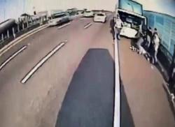 中煞?出殯車隊上國道 遊覽車司機突昏迷撞護欄命危