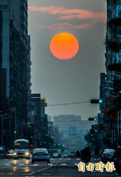 驚艷!高雄市一心路出現「日出懸日」