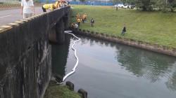 基隆河漂油污!東南客運加油機漏油被開罰