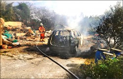 休旅車爆炸起火 兩人燒成焦屍