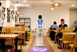 《中英對照讀新聞》Robots serve up food and fun in Budapest cafe機器人在布達佩斯咖啡館上菜及提供歡樂