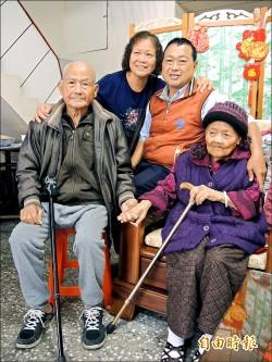 93歲弟弟拜年 緊牽101歲姊姊小手