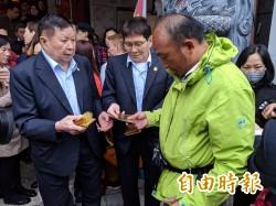 松山霞海城隍廟發錢母吸人龍 今年抽到「中吉籤」