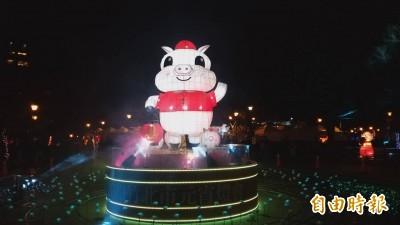 竹北福氣豬主燈「放閃」 情人節夜晚浪漫點燈