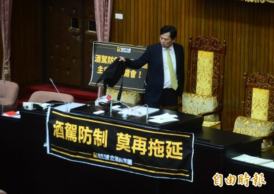 稱不怕人多勢眾、被網軍攻擊 黃國昌佔主席台:我沒在怕啦