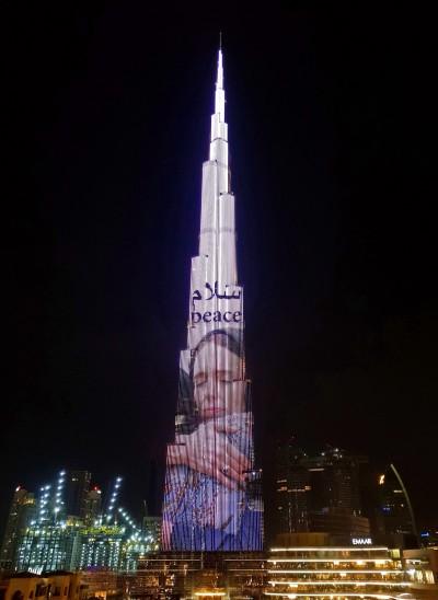 世界第一高樓點亮「和平」字樣 致敬紐國總理