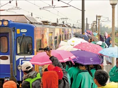 白沙屯媽彩繪列車首航 信徒開心冒雨體驗