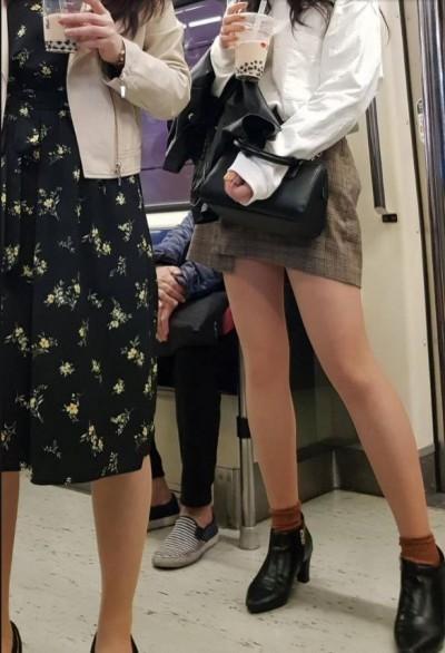 短裙正妹捷運爽喝珍奶露辣腿 邪惡角度網友全「歪樓」