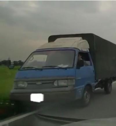高手在民間!小貨車「水溝蓋跑法」 一秒拉回路面