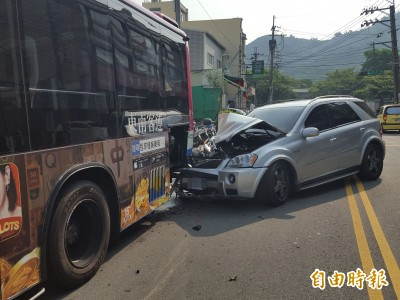 賓士、公車對決 賓士慘輸車頭幾全毀