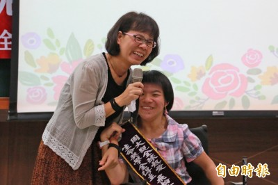 腦麻「飛輪女孩」2指彈琴 獲周大觀熱愛生命獎學金