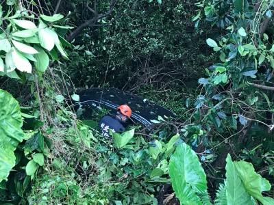 煞車失靈?祭祖後下坡 整輛車翻落10公尺深山谷