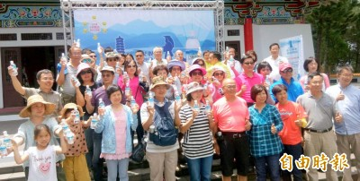遊客取水傳愛活動 日月潭慈恩塔「止渴」