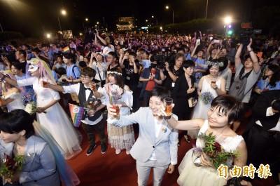 20對新婚伴侶凱道大進場 蔡依林、吳慷仁錄影片祝福