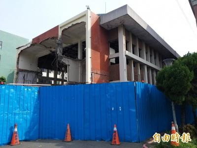 47年竹北市民活動中心拆除重建大樓 民眾拍照留念