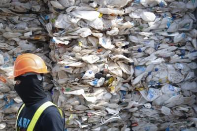 拒當國際垃圾場!馬來西亞將「退貨」千噸塑膠垃圾