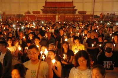 香港燭光晚會紀念六四30週年 逾18萬人出席拒遺忘血歷史