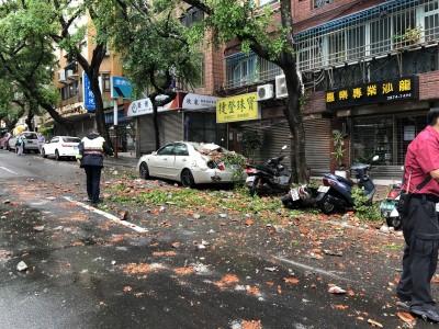 天母公寓屋頂磁磚掉落 1車、5機車倒楣被毀損嚴重
