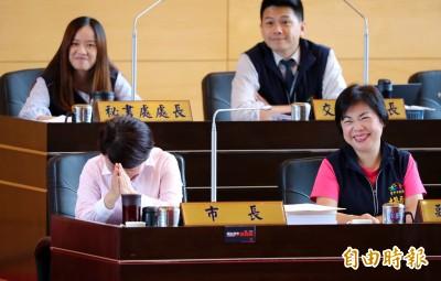 綠議員追問總統初選 盧秀燕雙手合十求饒