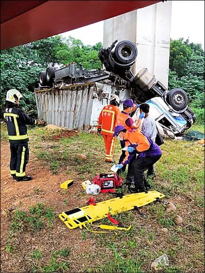 疑過彎失控 聯結車衝出匝道墜毀