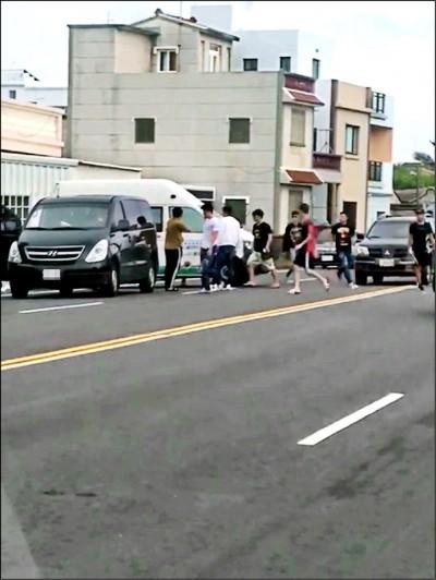 離譜遊客 3車堵澎湖復康巴士猛砸