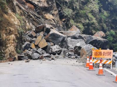 北橫榮華段落石坍方 估18:00前搶通