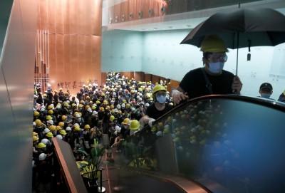 反送中》示威民眾撬開鐵捲門 占據立法會大樓