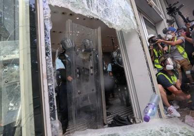 撞破了!香港立法會大門失守 警民對峙中