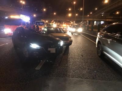 男子國道高速撞上拖吊車 車頂掀開爆頭亡