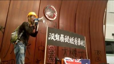 震撼人心! 警方攻堅前 「香港小妹妹」搶救立法會4死士