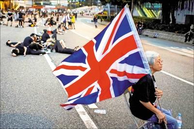 反送中最前線 白髮婆婆揮舞巨幅英國旗