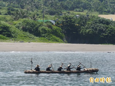 驗證3萬年前航海路線 獨木舟順利從台東烏石鼻出航