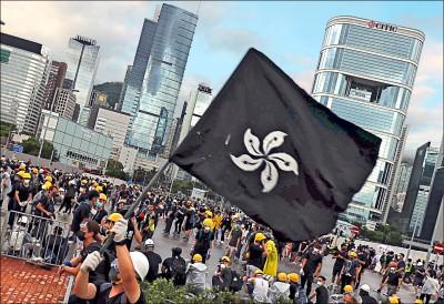 香港區旗成抗議標的 洋紫荊花染黑