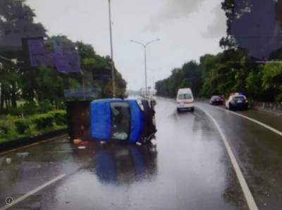 疑天雨路滑小貨車自撞分隔島 女駕駛傷重不治
