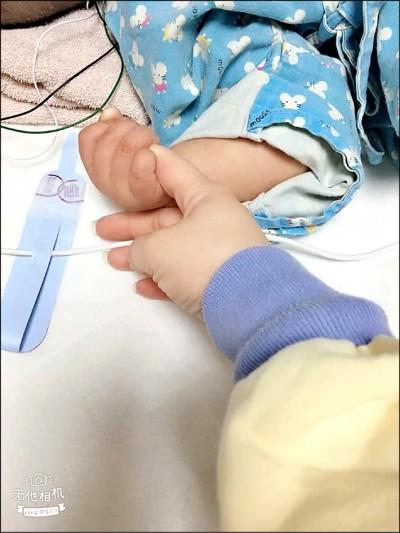 生命奇蹟!台中受虐女童 能握媽媽手了