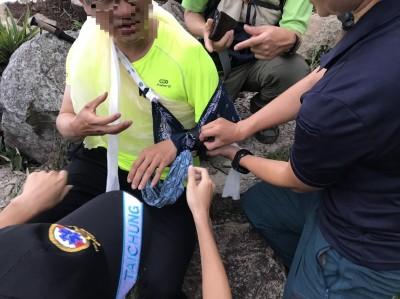 攀登和平東卯山滑倒肩膀脫臼 消防隊背他下山獲救
