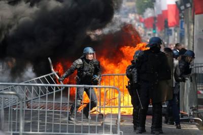 群眾縱火、警噴催淚瓦斯 法國人這樣慶祝國慶!