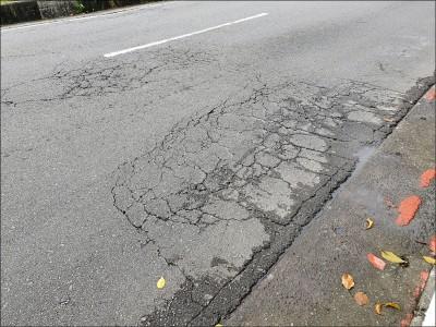 北市議員砲轟路不平 凱道也坑坑疤疤