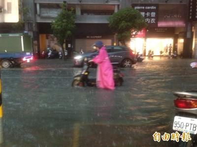 豪大雨狂襲!高雄鬧區水淹人行道 機車拋錨女騎士呼救