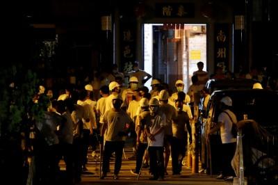 香港「白衫軍」打人 商場聲明︰找不到警察!