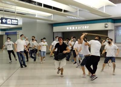 港白衣人群毆民眾 網友:中共滲入香港 政府和黑道合作