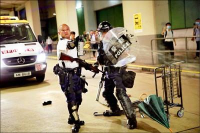 港光頭警長暴走 霰彈槍瞄準人群